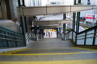 沿正面的楼梯下楼