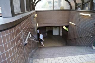 也请沿着楼梯下楼
